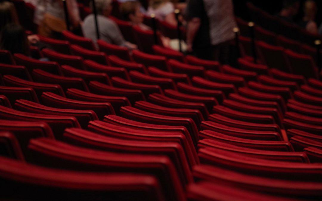 rote Sitzreihen im Theatersaal