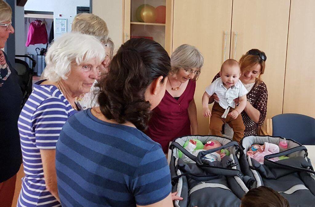 Stefanie Seemann inmitten von Müttern und Kindern