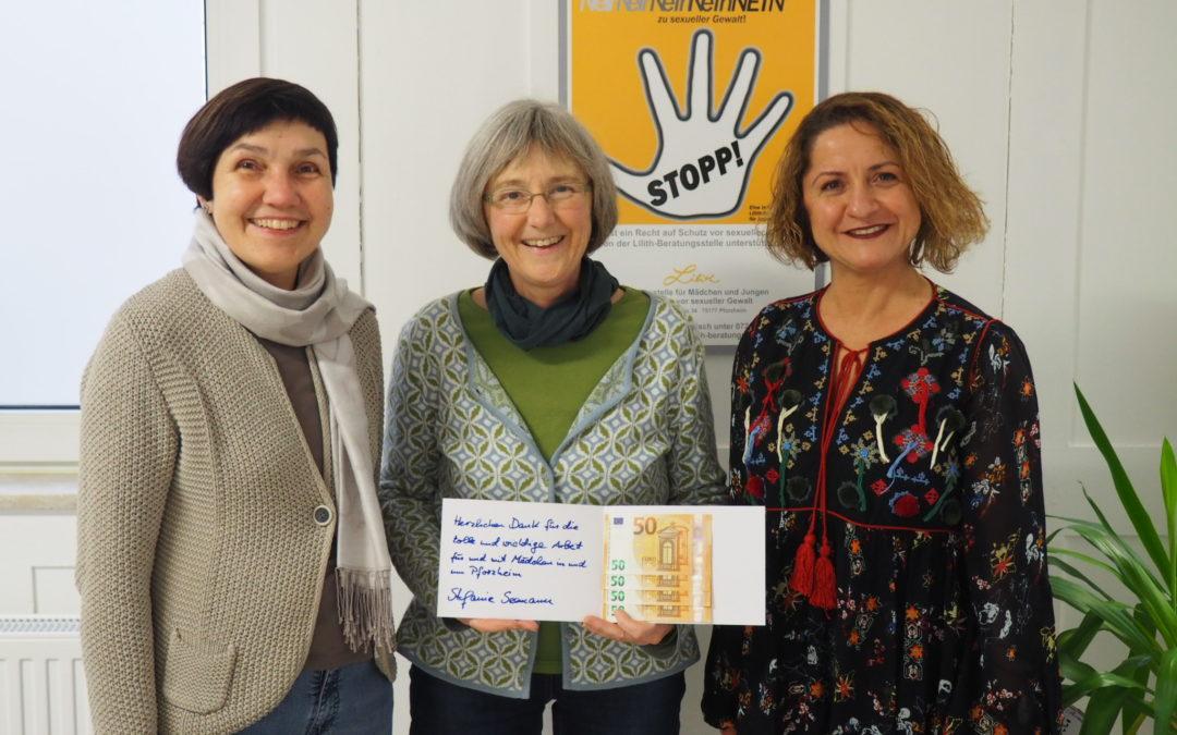 Statt Weihnachtskarten: Spende an Förderverein Theaterschachtel und das Mädchenbildungszentrum Pforzheim