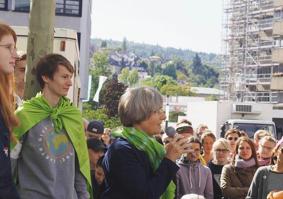 Stefanie Seemann spricht bei der Fridays For Future Demo in Pforzheim inmitten zahlreicher Zuhörer*innen