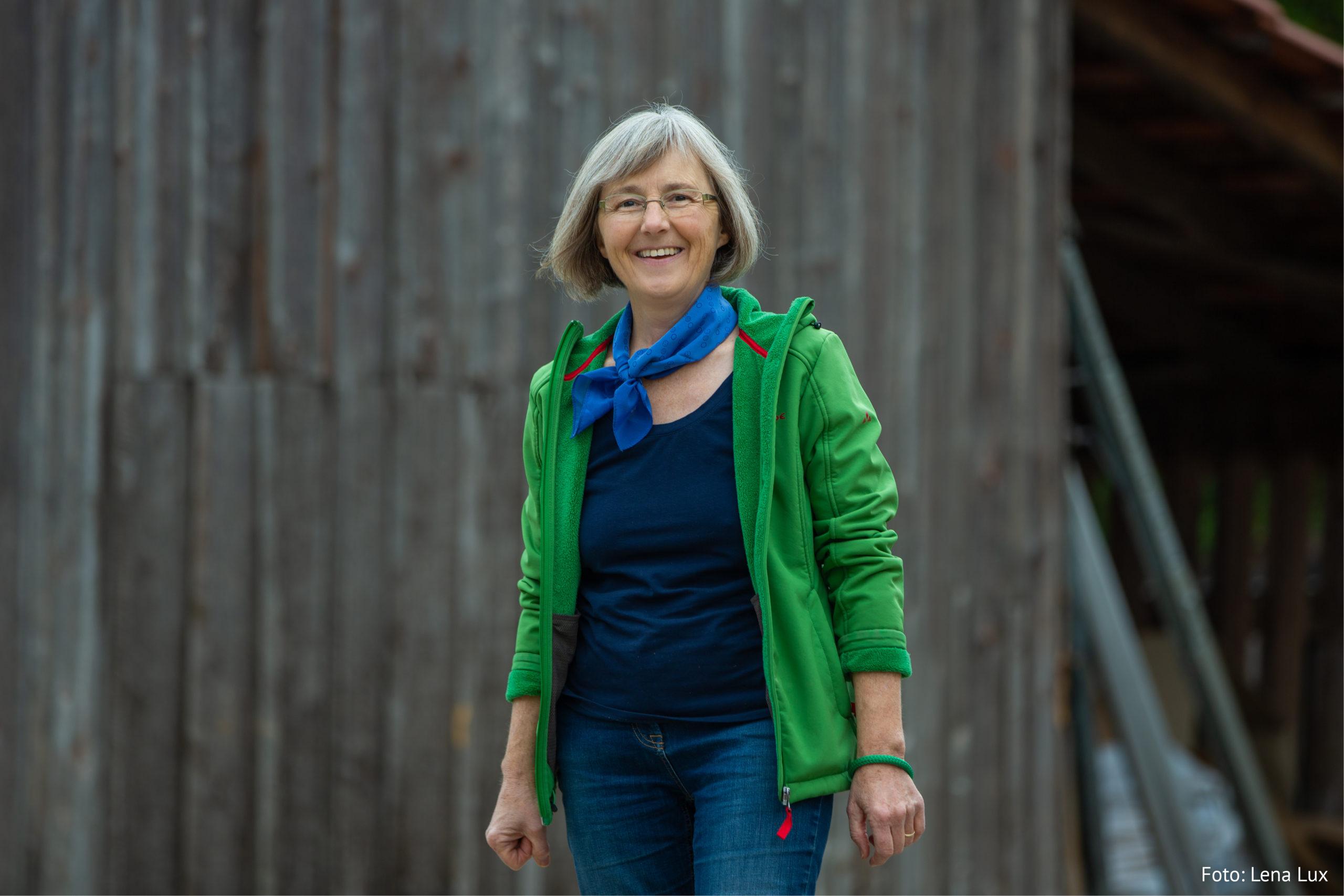 Portrait Stefanie Seemann auf dem Bauernhof: Grüne Jacke, hochgekrempelte Ärmel, Foto: Lena Lux