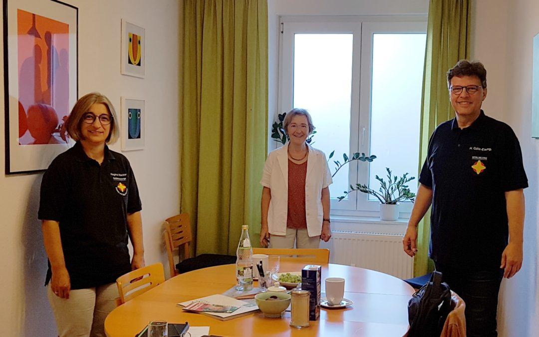 MdL Stefanie Seemann mit den Verantwortlichen für die Koordination der Notfallseelsorge im Enzkreis und Pforzheim, Regina Wacker und Pfarrer Hans Gölz-Eisinger, im Wahlkreisbüro.