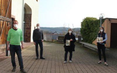 Übergabe von Büchern über den Holocaust an Bücherei Heimsheim